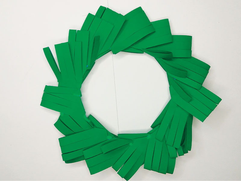 How to make a Christmas wreath out of paper